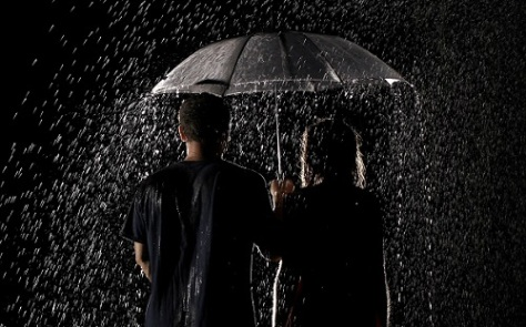 Couple-Standing-in-rain-Wallpaper