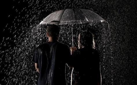 Couple-Standing-in-rain-Wallpaper