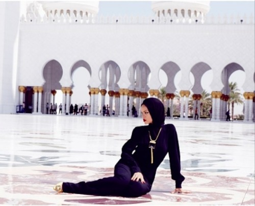 rihanna-kicked-out-of-a-mosque